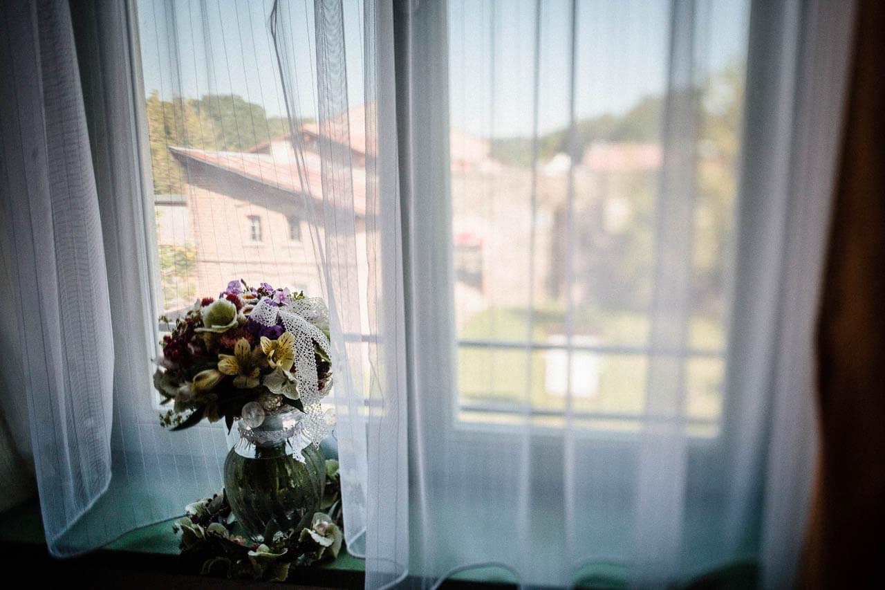 Brautstraus im Fenster